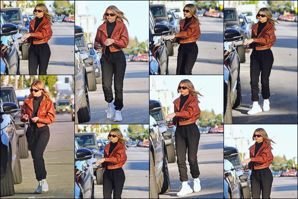 """"""" -06/02/19 •- La magnifique Sofia Richie est aperçue  faisant du shopping dans les boutiques de Beverly Hills - CA.Notre jeune femme s'adonne à l'une de ses activités préférées !! En tout cas j'aime vraiment sa tenue, surtout le pantalon et la petite veste, sublime top ! ."""