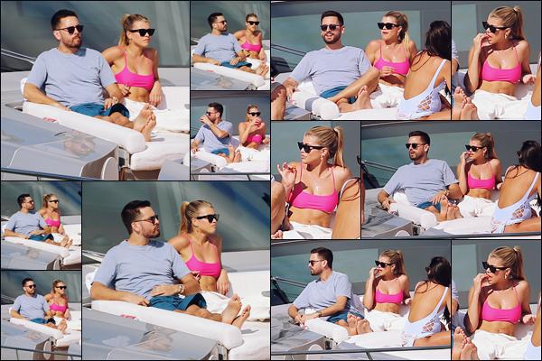 """"""" -17/02/19 •- Sofia Richie et Scott Disick prenaient du bon temps à bord d'un gros Yacht sur une plage de Miami !Le couple ne se lâche plus, ça fait plaisir de les voir ensemble et surtout avec le sourire ! Du peu qu'on voit, le bikini de Sofia à l'air très joli ! Votre avis ? ."""