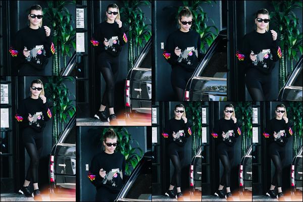 """"""" -07/03/19 •- La sublime Sofia Richie est photographiée, quittant son cours de Gym' ayant lieu dans Los Angeles !J'ai l'impression qu'un rien ne l'habille, sa tenue est tellement simple mais j'adore le pull. Pour une tenue de sport c'est plutôt pas mal, j'offre donc un top. ."""