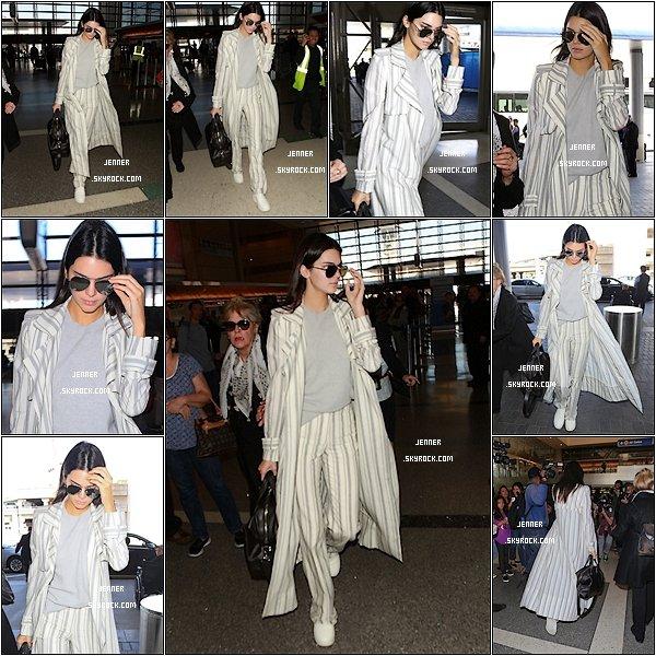 -- 21/01/2016: Notre chère Kendall Jenner à était vu arrivant à l'aéroport de LAX à Los Angeles. Je n'aime pas énormément ce u'elle porte mais je a trouve tout de même magnifique. Kendall à tout de même un maquillage très léger que j'aime beaucoup qui fais très naturelle.  --