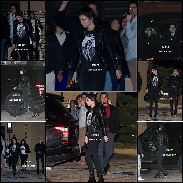 -- 24/01/2016: Kendall Jenner à était vu  au départ Nobu avec son amie à Malibu. Bon et bien je suis pas fan du tout de sa coupe je n'aime pas quand elle les attache comme sa, ensuite niveau look sa peut aller j'aime bien en particulier sa veste noir. Vos avis? --