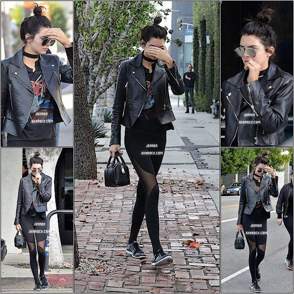 -- FLASHBACK: 20/01/2016: Kendall Jenner était de sortit à West Hollywood. Alors je n'aime pas du tout sa coupe de cheveux je n'aime pas qu'elle les attache comme sa alors qu'elle a de superbe cheveux. Sinon j'adore comment elle est habiller, très jolie collant. --