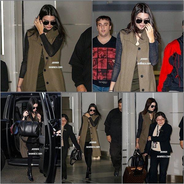 -- 04/02/2016: Kendall Jenner a passé la journée d'hier en Corvette, avant de s'envoler pour New York. Je trouve la voiture totalement magnifique, j'adore grave cette couleur bleu azur, et la Corvette. J'aime beaucoup comment Kendall est habiller. --