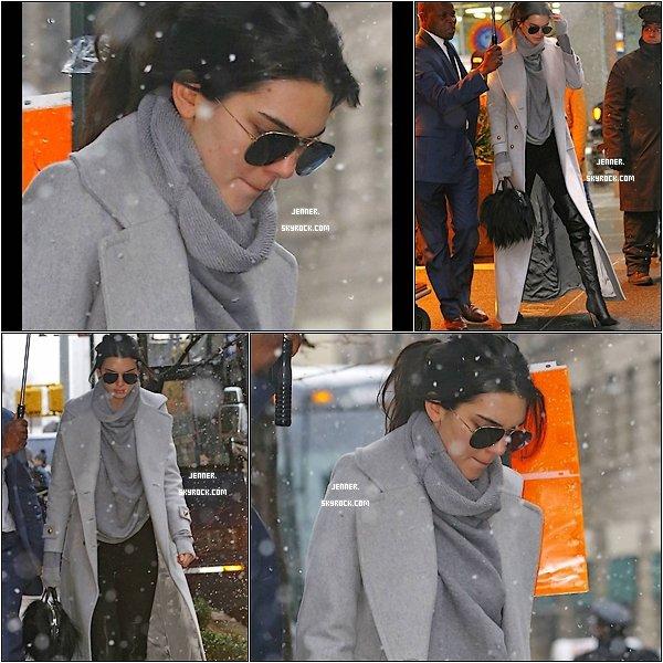 -- 05/02/2016: Kendall Jenner à était vu dans les rues enneiger de New York. Pour l'occasion, elle s'est emmitouflée dans plusieurs couches de vêtements, composée une tenue dans des teintes de gris et noir. Je la trouve toute belle elle à l'air d'avoir froid tout de même. TOP pour moi. Vos Avis? --