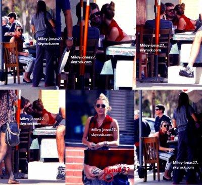 Le 29.01.12 : Miley , liam & un ami déjeunant à Los angeles