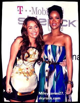 """Infos : Hier la célèbre Rihanna à demander a ses fans avec qui elle devrait faire un duo pour nouvelle chanson """"cake"""". Et les réponse ne se sont pas faite attendre ils ont répondu Miley cyrus ! Sur se miley a postée sur son twitter ce serait génial! j'adore RiRi ! Alors Miley en duo avec Rihanna t'en pense quoi ?"""
