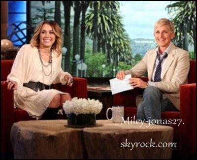 Bonsoir ! Découvrez la toute première photo de Miley sur le plateau du Ellen Degeneres Show. Nous avons également la vidéo promotionnelle de sa présence. Pour rappel, elle sera diffusée dès lundi. Découvrez aussi les dernières photos persos de la belle.