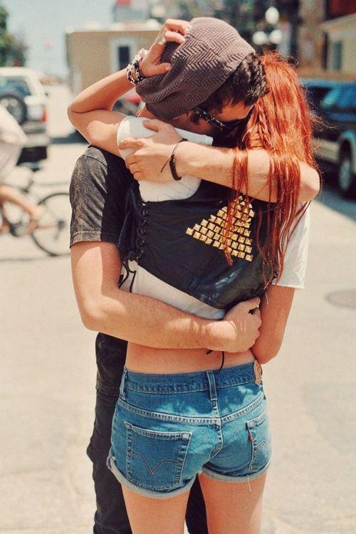 Quand on tombe amoureux, c'est une sorte de folie passagère. Ça éclate comme un tremblement de terre d'un coup et ça s'apaise ensuite. Et quand ça s'est apaisé, il est temps de prendre une décision. Il faut essayer de découvrir si nos racines et celles de l'autre ont fini par tellement s'entremêler qu'il serait inconcevable de vouloir essayer de les séparer. Parce que c'est ça et seulement ça aimer quelqu'un.