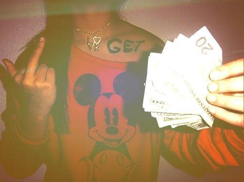 Chapitre cinq L'argent vous offre la liberté, les secrets vous torturent, le temps vous dévore, tôt ou tard l'argent s'estompera, les secrets se dévoileront et le temps vous manquera.