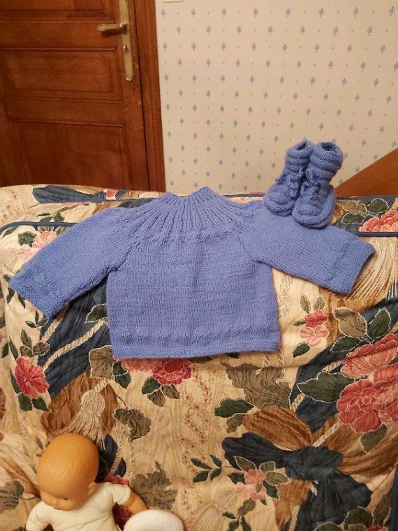 Une petite brassière bleu-lavande pour un baby qui viendra au monde fin avril
