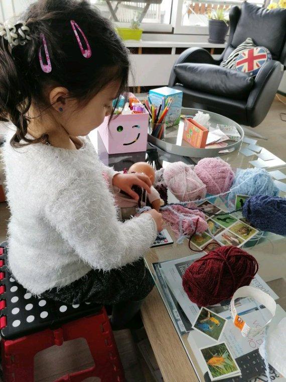 """Ce week-end, ma Nina est chez sa grand-mère Laurence... """"atelier laines et tricot""""..."""