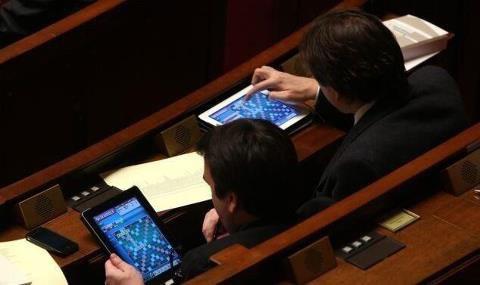 Le PS ne supporte ps de voir diffuser sur twitter la photo des députés jouant au Scrabble.
