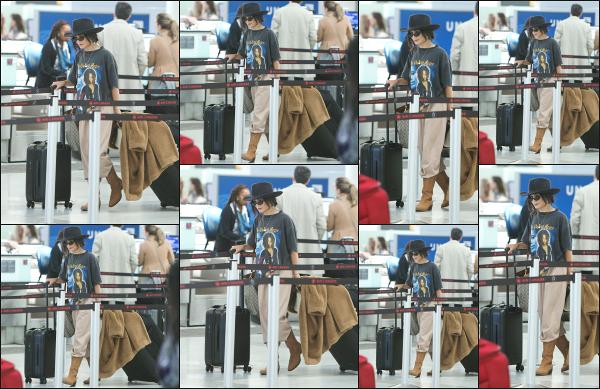 - 18.05.19 ─ Notre belle Vanessa Hudgens est photographiée avec sa mère dans un aéroport à Toronto, au Canada[/s#00000ize]Vanessa est très certainement en route pour la Californie au côté de sa maman, Gina. Une tenue des plus décontractée possible, je ne suis pas hyper fan. -