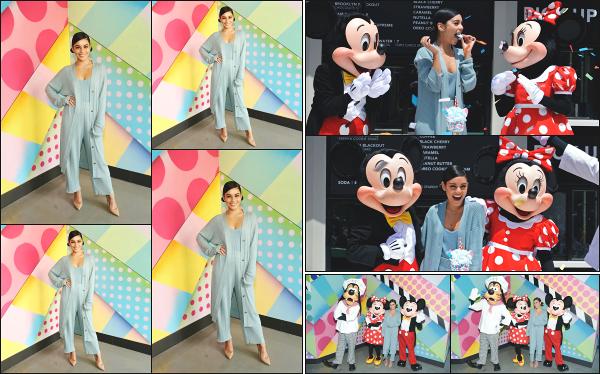 - 18.05.19 ─ Nessa Hudgens est vue à l'inauguration du restaurant « Black Tap Craft Burgers and Beers » à Disney ![/s#00000ize]Vanessa est toujours aussi fidèle à Disney, puisque c'est ici qu'elle s'est rendue ce jour là, dans le village de DisneyLand en Californie ! C'est un petit top ! -