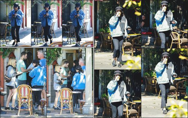 - 15.10.18 ─ Vanessa' Hudgens est aperçue en se rendant au  « Arome Coffee & Tea » situé du côté de Studio City ![/s#00000ize]Vanessa y à retrouvée sur place l'une de ses meilleures amies, Ashley Tisdale ! C'est ensuite en quittant le lieu avec un café à la main qu'on la retrouve ! -