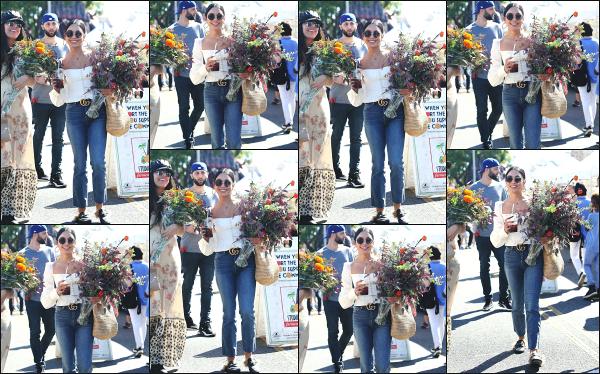 - 21.10.18 ─ Vanessa Hudgens est aperçue au marché « Farmer's Market » qui se situe dans la ville de Los Angeles[/s#00000ize]C'est avec un thé glacé et un bouquet de fleur à la main que nous retrouvons la jolie brune ce matin là, en train de faire des emplettes. Un très beau top  -