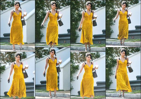''• '04/08/18:'' Vanessa Hudgens a été photographiée alors qu'elle se baladait dans les rues de Los Angeles ! C'est dans une robe aux tons jaune et un chignon sur la tête que notre actrice a été aperçue je lui accorde un top et toi quel est ton avis ?