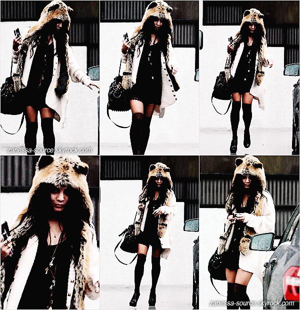 18/12/10:            Vanessa a été de nouveau vue à studio city retournant à sa voiture. Hum, stylé le chapeau !