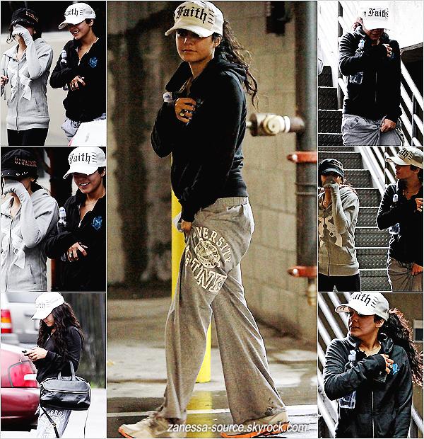 Mercredi 22 Décembre 2010:            Zac est rentré à LA, il a été vu sortant d'un subway (sandwicherie) sous la pluie.  Le même jour, Vanessa a été vue avec sa soeur Stella allant à la gym.