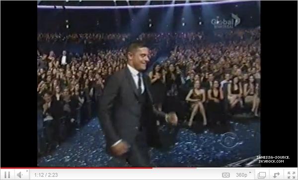 05/01/11:            Zac au people's choice awards où il gagne le prix d'acteur favori de moins de 25 ans  $)