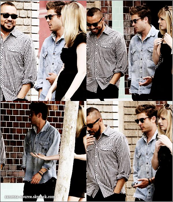 18/04/11:            Zac is back ! Il était de sortie avec des amis dans LA.