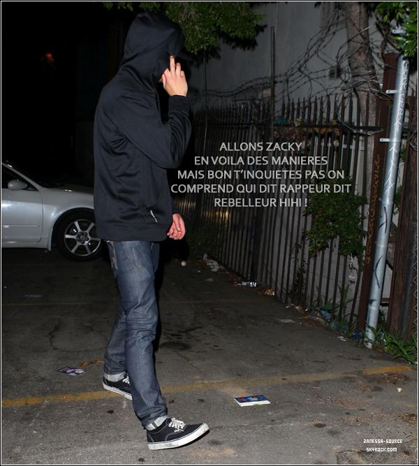 """22/04/11:            Zac en mode wesh wesh """"Je suis un rappeur"""" (qui est très sexy) était à la sortie d'une discothèque."""