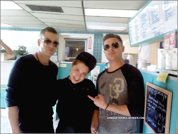 DIVERS:            Photo de Zac & Mark Salling (GLEE) dans un restaurant avec une fan (datant de vers décembre) .