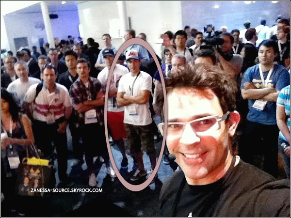 07/06/11:            Zac à la E3 video game convention. (désolé pour la qualité mais seul photo disponible).