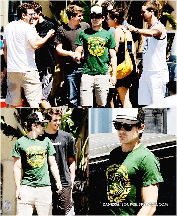 25/06/11:            Zac sortant du resto' umami burger avec des amis, son frère Dylan et son père David à LA.