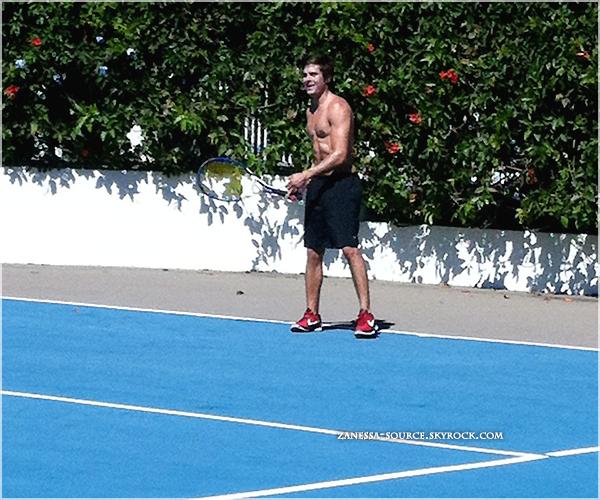29/06/11:            Zac a été pris en photo jouant au tennis TORSE NU, mister Efron nous gâtes beaucoup !