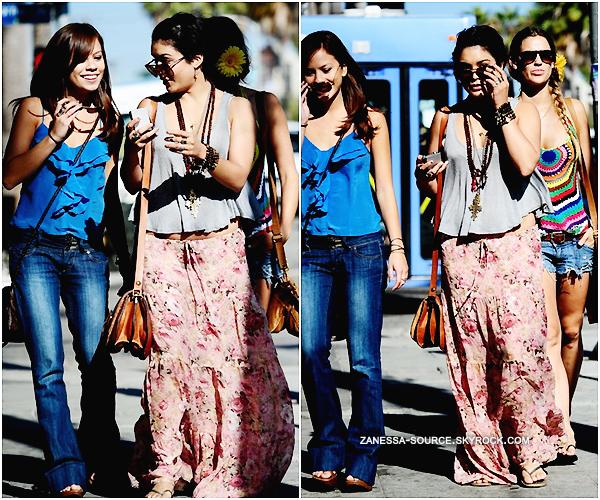 """22/07/11:            Vanessa & des amies (dont forcément Laura """"colle glue"""" New) dans le quartier de Venice."""