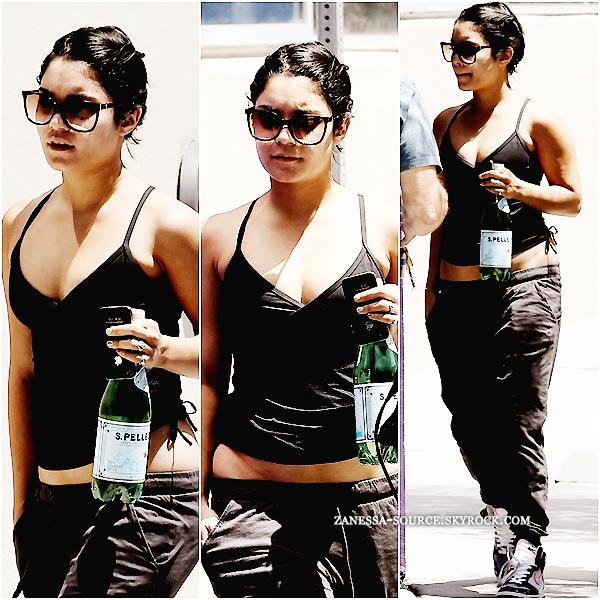 """25/07/11:            Vanessa quittant le """"LA fitness"""" après avoir fait sa gym à LA."""