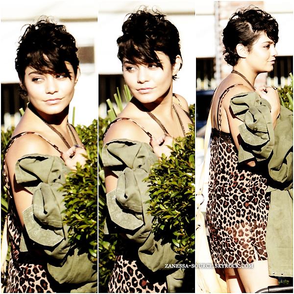 """01/08/11:            Vanessa avec Laura """"colle glue"""" New, je sais pas vous mais moi elle me sort par les yeux, bref elle & Nessa en mode tigresse punk dans les rues de LA."""