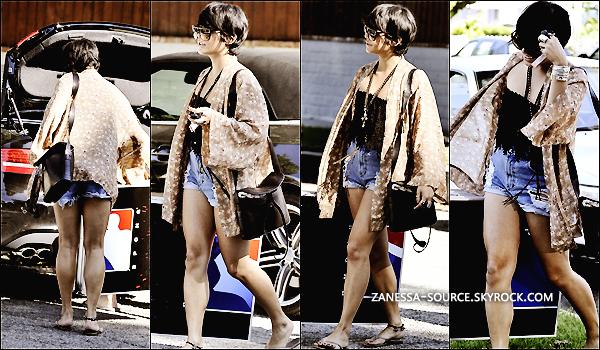 """20/08/11:            Vanessa était de sortie avec des amis mais aussi Laura """"colle glue"""" New au Sherman Oaks à LA."""