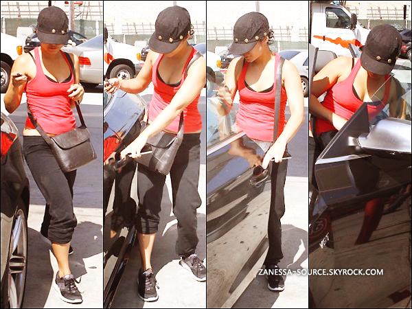 01/09/11:            Vanessa faisant le plein d'essence pour sa petite Lola (voiture) dans Hollywood.