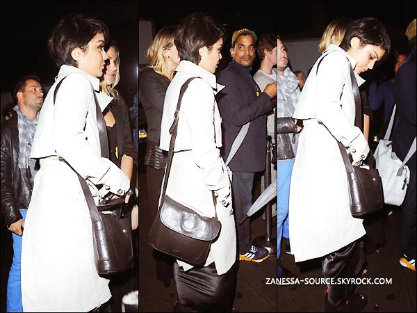 06/09/11:            Vanessa accompagnée de son toutou Laura New arrivaient au concert de Courtney Love à NYC.