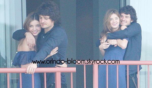 - Le 25/02/09 à Sydney ; Orlando à été apercu sur le balcon de son hôtel avec sa femme, Miranda Kerr. Ils sont visiblement en train de s'embrasser et ils sont vraiment trop beaux ensembles ! So cute ! *-* -