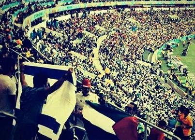 Un algérien qui porte le drapeaux de Palestine en face un Feuj !