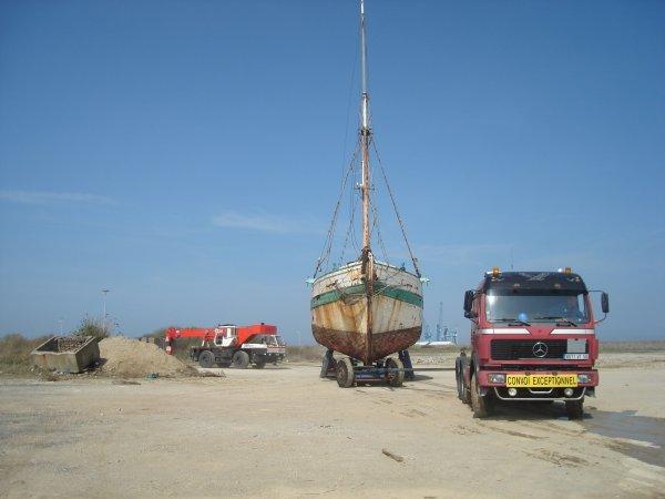 Déplacement d'un bateau avec la grue et un camion