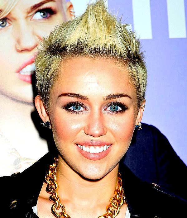 .  Miley a assisté au défilé de la collection de Rachel Zoe qui a eu lieu à NYC, ce Mercredi 13 Février  .  Côté tenues, les trois de cet article sont des TOPS à mon goût ! Miley était visiblement en pleine forme puisqu'elle a enchaîné trois évennements en une seule journée. Bien que je regrette un peu de ne pas avoir de photos à l'intèrieur du second défilé où elle s'est rendue, la robe blanche qu'elle portait en quittant son hôtel est vraiment superbe ! J'adore également sa combinaison rouge, un style auquel j'accroche beaucoup. Et sa dernière tenue est elle aussi très jolie, l'ensemble lui va parfaitement bien ! ♥.