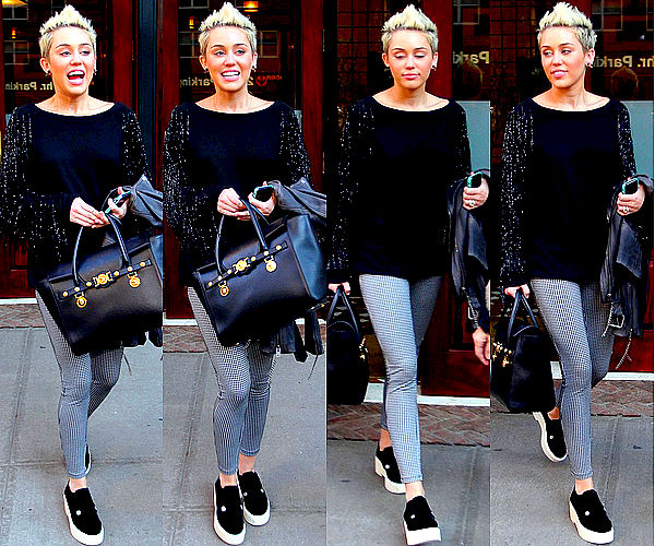 .  Toujours dans le cadre de la Fashion Week, Miley était au défilé de Marc Jacobs, ce Jeudi 14 Février .