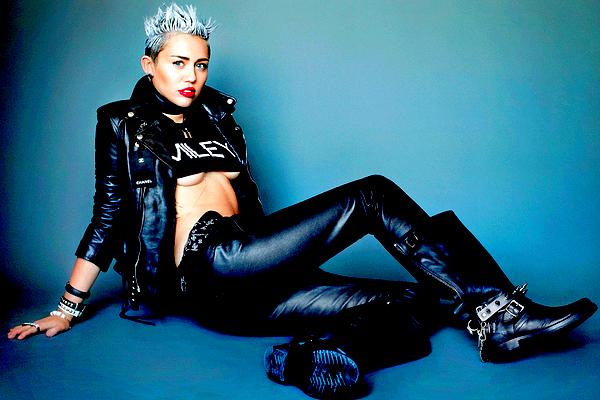 .  Découvrez un nouveau Photoshoot de Miley pour « V Magazine », réalisé par Mario Testino !  .   Bien que je sois assez mitigé concernant ce shoot dans sa globalité, j'ai un coup de coeur pour la première photo ! Miley est géniale dessus et j'aimerai la voir jouer sur ce côté un peu décalé et original plutôt que sur le côté sexy et rock qu'elle cherche parfois à mettre un peu trop en évidence (notamment sur les photos 2, 3 et 4 dont je ne suis pas spécialement fan). La huitième photo me plaît également beaucoup, je la trouve sexy mais classe à la fois, c'est le style que j'aime. :) Des photos préférées ?   .