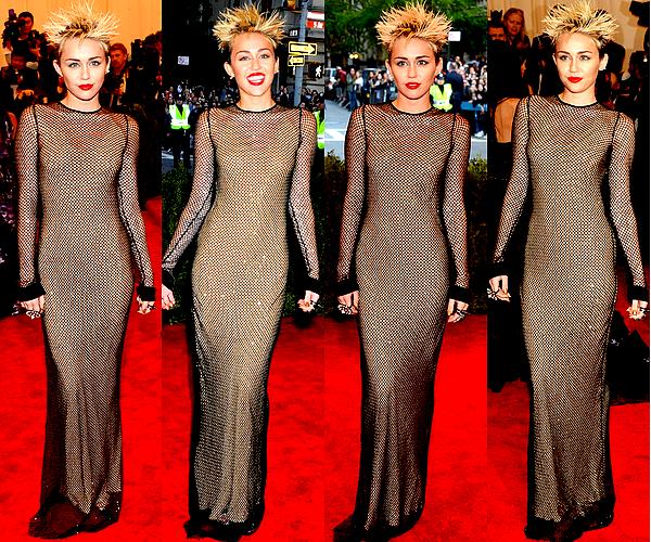 """. Miley Cyrus est apparue dans un style punk sur le tapis rouge du MET Gala, à New York, ce Lundi 6 Mai .  Je sais que certains d'entre vous ne vont pas du tout aimer, mais personnellement j'adhère complètement à sa coiffure ! C'est l'originalité que j'attendais que Miley ose avec les cheveux courts. Ces derniers temps Miley jouait plutôt avec le côté rock/sexy, et pour cette fois j'ai plutôt une impression de look """"déjanté"""" que """"provocateur"""". Bref, je trouve que ce côté un peu punk lui va bien et j'espère qu'elle remettra ce style un peu en avant de temps en temps. En ce qui concerne la tenue, Mil' portait une robe signée Marc Jacobs et des chaussures Prada. Je ne suis pas spécialement fan de la robe mais on a déjà vu pire donc BOF.."""