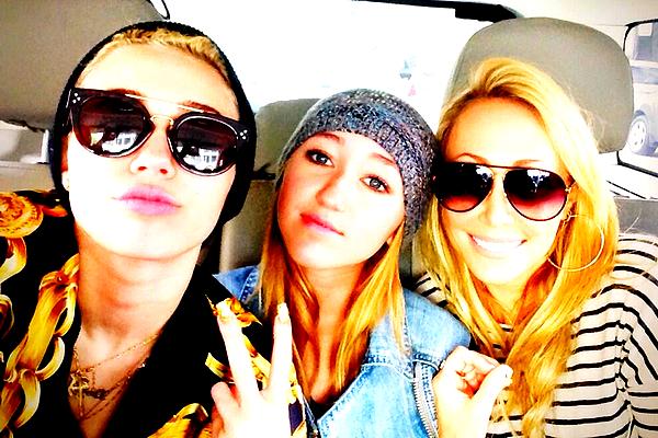. En attendant la révélation du clip de Miley qui aura lieu demain (19 Juin), deux teasers ont été révélé  .