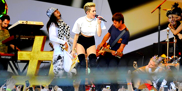 ". Miley a performé son titre ""We Can't Stop"" ainsi que ""Fall Down"" chez Jimmy Kimmel, ce Mardi 25 Juin  ."