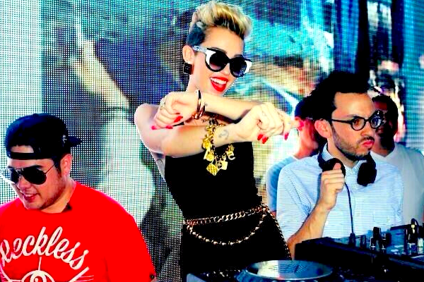 .  Notre belle Miley s'est rendue à une fête se déroulant sur une plage de Miami Beach, ce Vendredi 28 Juin  .  La jeune femme était accompagnée de sa mère Tish ainsi que de sa soeur Noah. Je la trouve très belle dans sa tenue Chanel, c'est sexy mais ça reste tout de même décent et joli. Les bijoux font ressortir le tout, j'aime beaucoup ce look. C'est un TOP ! :)  .