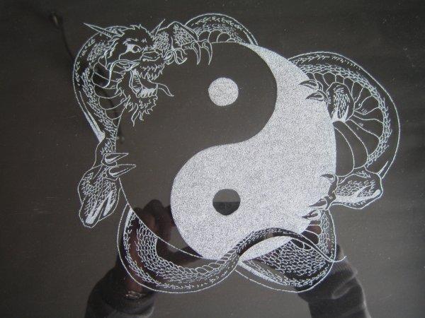 dragon ying et yang gravure sur verre. Black Bedroom Furniture Sets. Home Design Ideas