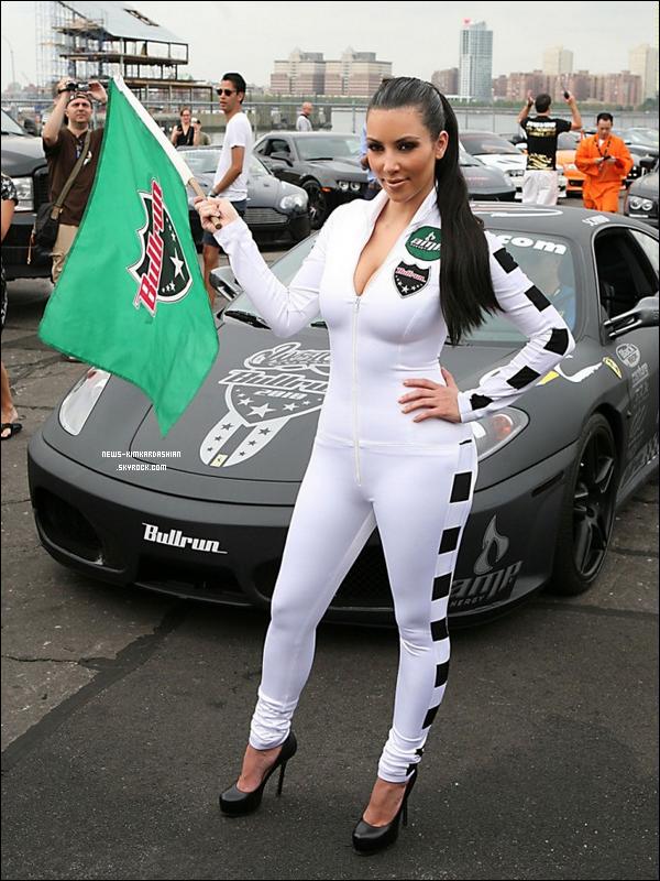 """News-KimKardashian Kim Kardashian étais La Fille Du Pavillon Officiel à La BullRun  Elle a été fonctionnaire """"Drapeau Girl"""" ce samedi au rallye de député de l'énergie BullRun à New York! Vous vous souvenez   D'elle peut année Elle a été la fille du pavillon pour la BullRun Pepsi Max. Cette année, elle a  dernière, elle a choisi une combinaison sexy en noir, alors cette année elle les a  allumé et a tous les wh ... News-KimKardashian"""