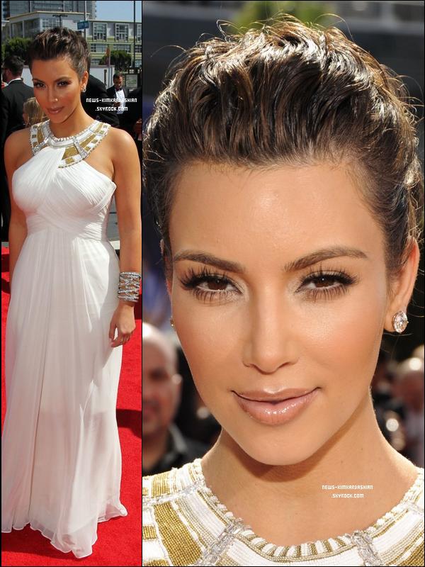 News-KimKardashian Kim Kardashian Aux Emmy Awards 2010 à Los Angeles  Il lui a fallu une éternité pour se prononcer sur la robe parfaite, mais à la fin, elle a choisi cette robe superbe     Marquise et accessoirisé avec Lorraine Schwartz bijoux. Elle se sentais comme une déesse grecque, lol. Comment trouvez vous Kim Kardashian sur ces photos ? Que pensez vous de cette tenue ?  News-KimKardashian
