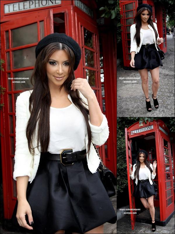 News-KimKardashian Kim Kardashian A Londres !  Kim Kardashian est partie a Londres pour découvrir les sites et faire un peu de shopping! elle est acompagner de sa maman.   Elle a rencontré beaucoup de fans incroyable depuis qu'elle est ici! Tout le monde est si doux et accueillant.  News-KimKardashian